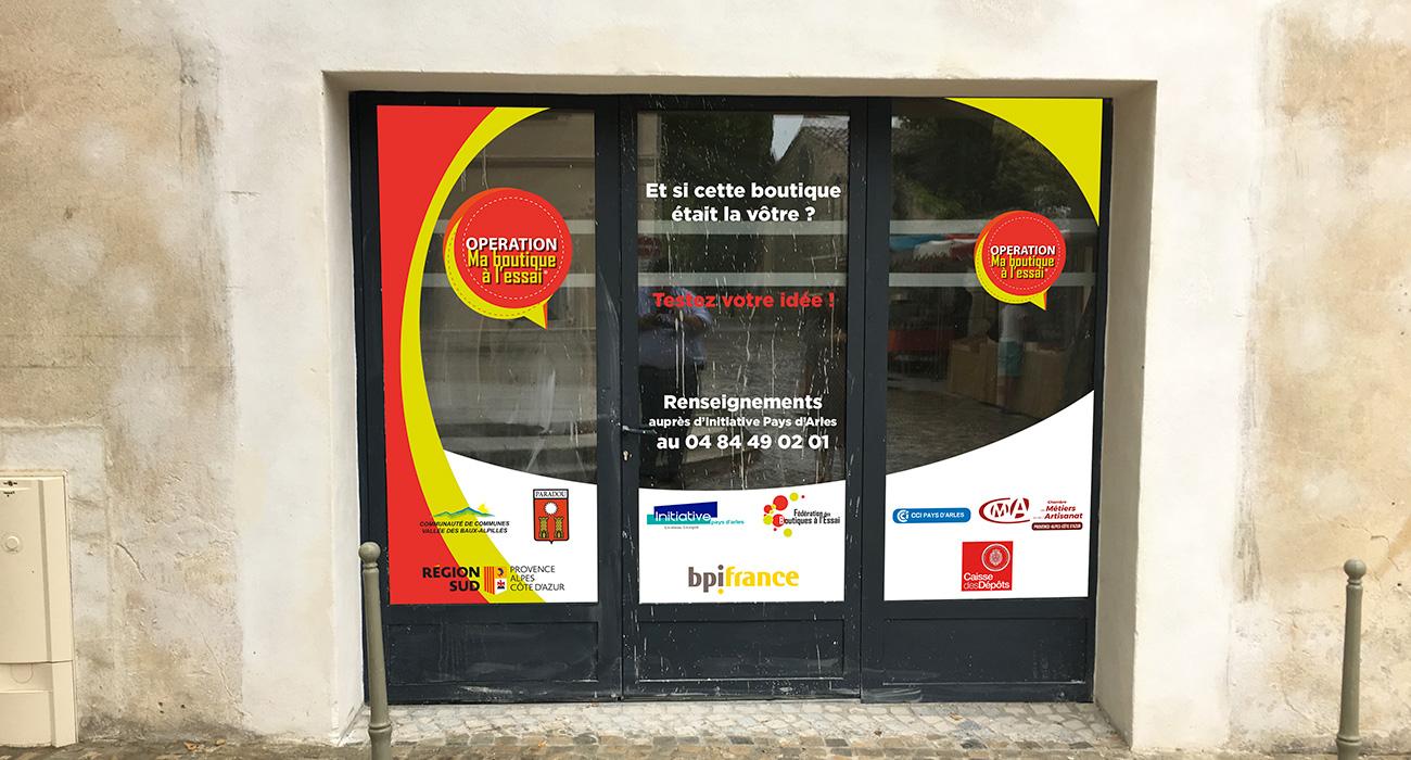 Initiatives Pays d'Arles a choisi l'atelier Easy pour un habillage de vitrine