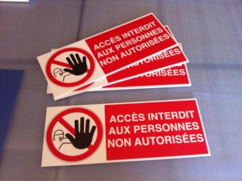 Panneaux accès interdit pour la Mairie de Saint-Rémy de Provence