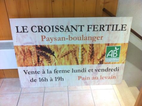 Panneau publicitaire pour la boulangerie Le Croissant Fertile